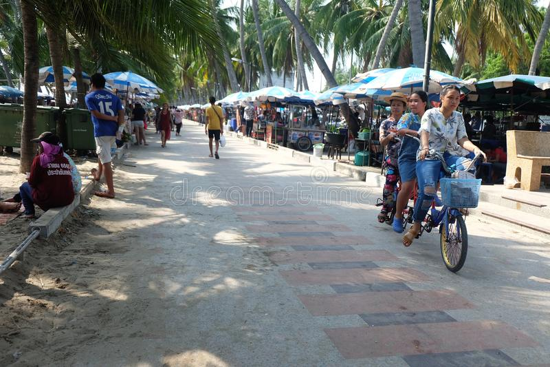Frappez Saen Chonburi, Thaïlande - 15 avril 2018 la bicyclette de tour de siège du touriste 3 sur la route de plage pendant les l photos libres de droits