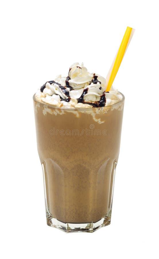 Frappuccino con crema e salsa su fondo bianco fotografia stock libera da diritti