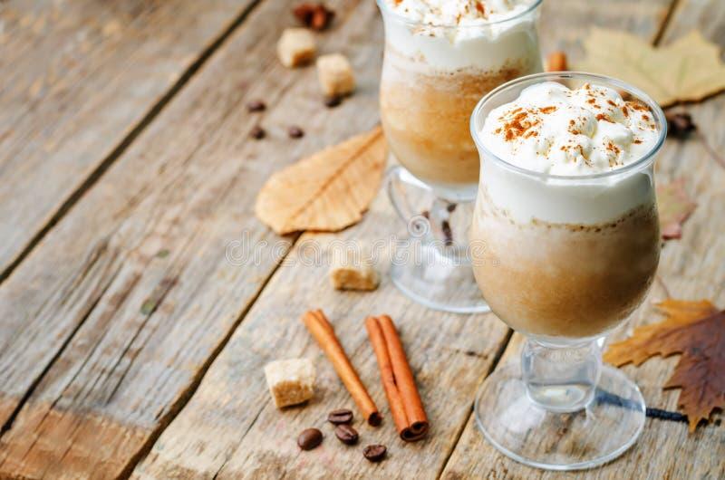 Frappuccino de la especia de la calabaza con crema azotada imagen de archivo libre de regalías