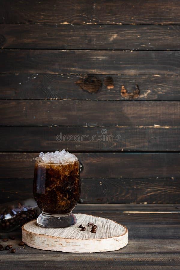 Frappuccino froid avec la miette de crème et de glace photographie stock