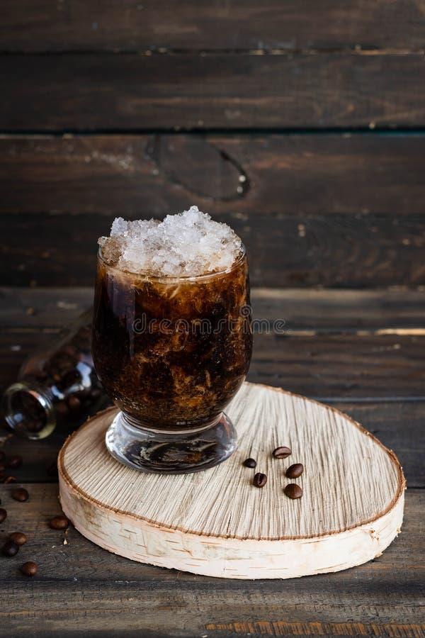 Frappuccino froid avec la miette de crème et de glace images stock