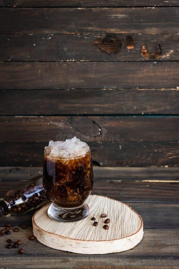 Frappuccino froid avec la miette de crème et de glace photo stock