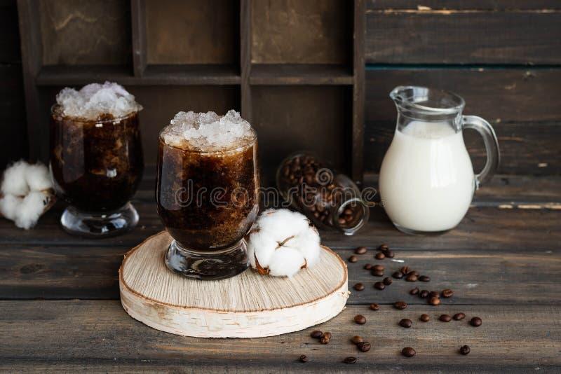 Frappuccino froid avec la miette de crème et de glace photographie stock libre de droits