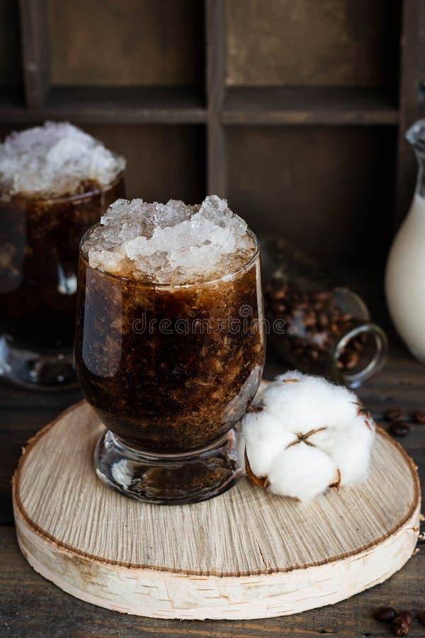 Frappuccino froid avec la miette de crème et de glace photos libres de droits