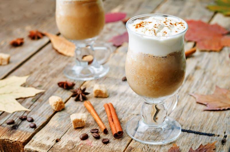 Frappuccino van het pompoenkruid met slagroom stock afbeeldingen