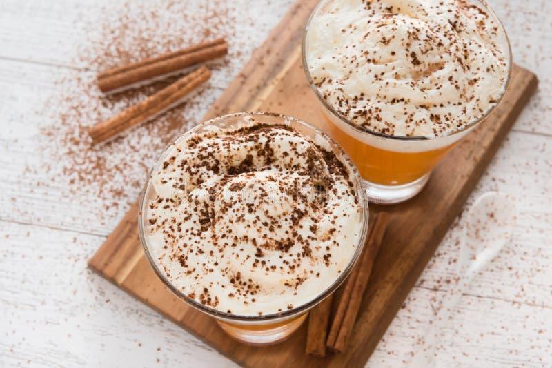 Frappuccino van het pompoenkruid met slagroom royalty-vrije stock fotografie