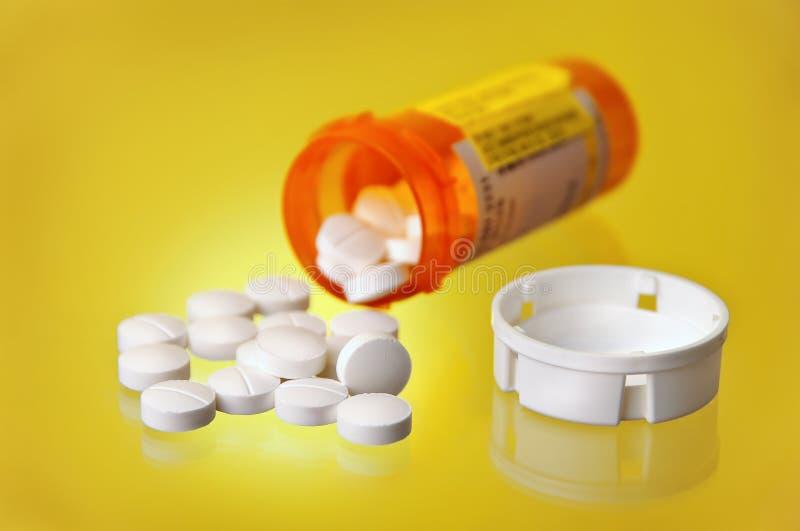 Frasco alaranjado derramado do comprimido da medicamentação da prescrição foto de stock royalty free