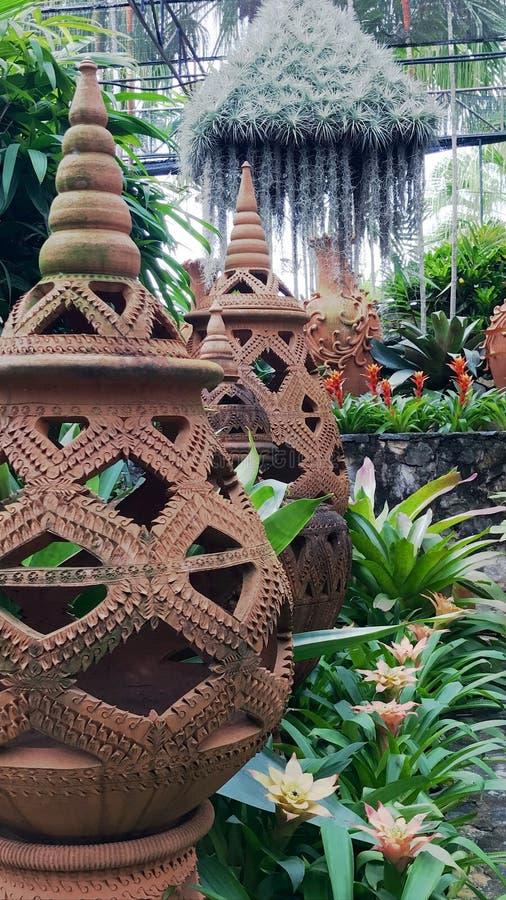 Frasco antigo tailandês no jardim imagem de stock royalty free
