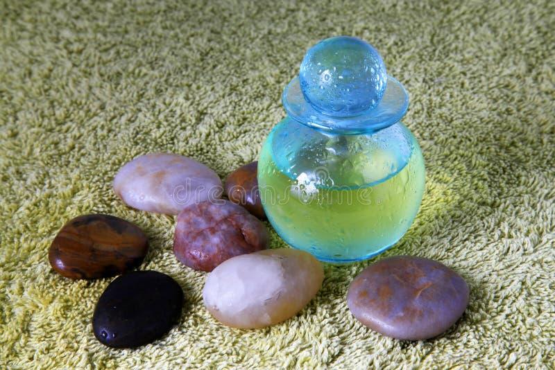 Frasco azul com petróleo da massagem foto de stock royalty free