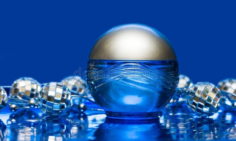 Frasco azul do perfume foto de stock royalty free