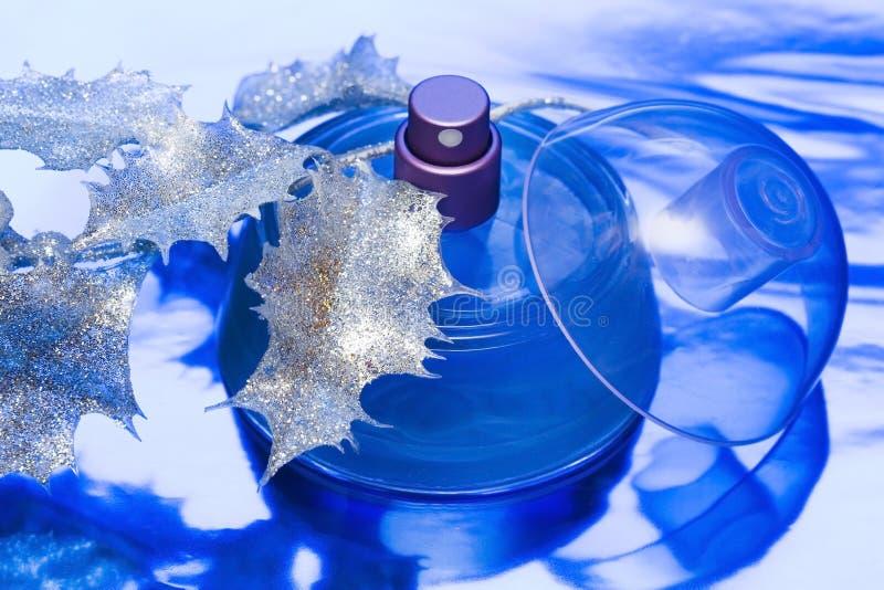 Frasco bonito azul do perfume imagens de stock royalty free