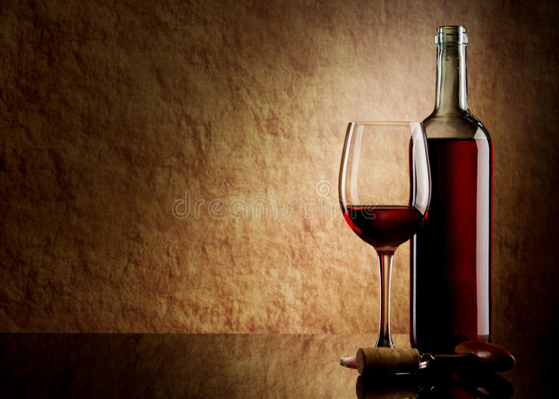 Frasco branco com vinho vermelho e vidro e cortiça imagem de stock royalty free
