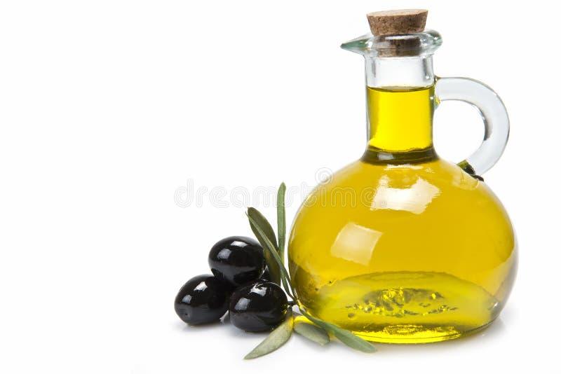 Frasco com petróleo verde-oliva e azeitonas pretas. imagem de stock royalty free