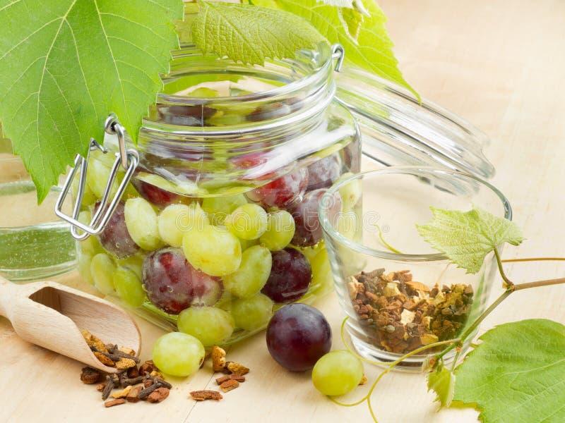 Frasco com uva enlatada fotografia de stock