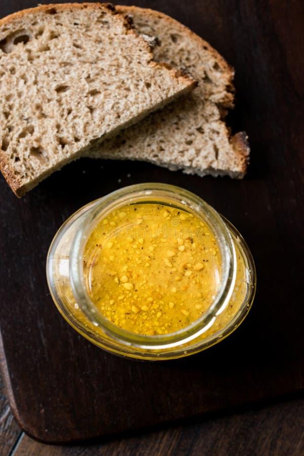 Frasco da manteiga de amendoim com fatias do pão na placa de madeira para o café da manhã fotografia de stock royalty free