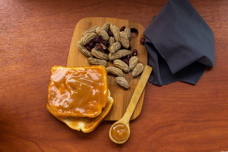 Frasco da manteiga de amendoim com p?o e p?o em uma tabela fotos de stock royalty free