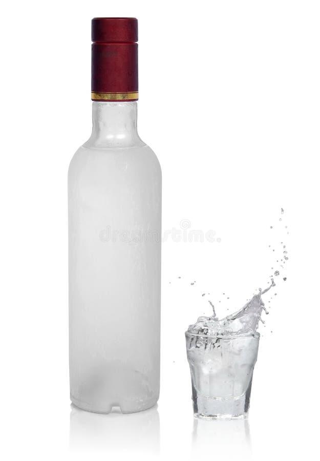 Frasco da vodca e do vidro frios com vodca fotos de stock