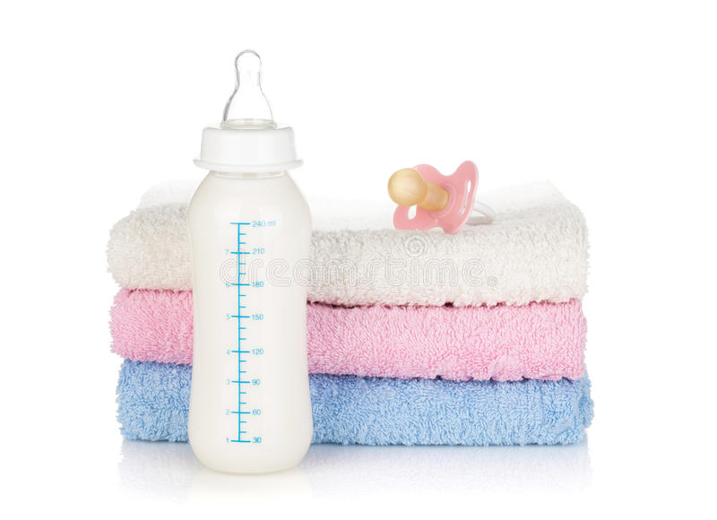 Frasco de bebê, pacifier e toalhas fotos de stock royalty free