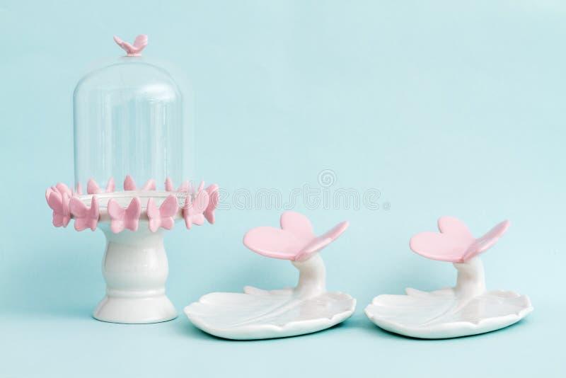 Frasco de Bell vazio com projeto cor-de-rosa da borboleta imagens de stock royalty free