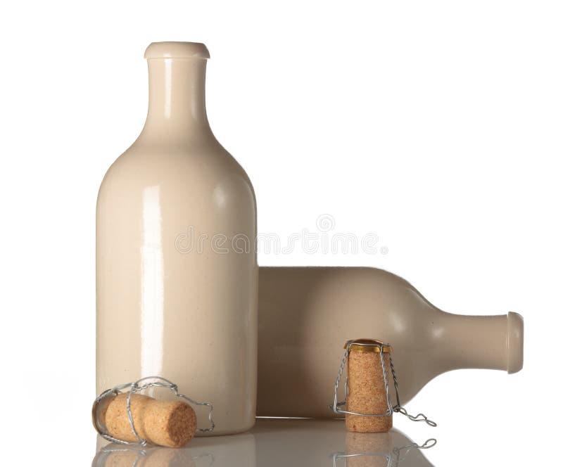 Frasco de cerveja cerâmico vazio com cortiça fotografia de stock
