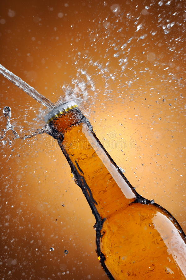 Frasco de cerveja pulverizado com água imagens de stock royalty free