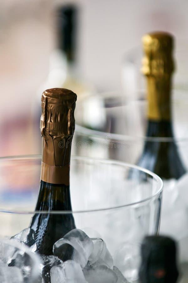 Frasco de Champagne com gelo. fotos de stock