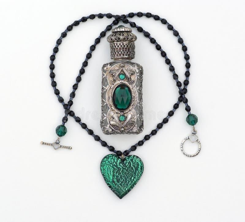 Frasco de cristal verde da colar & de perfume isolado fotos de stock