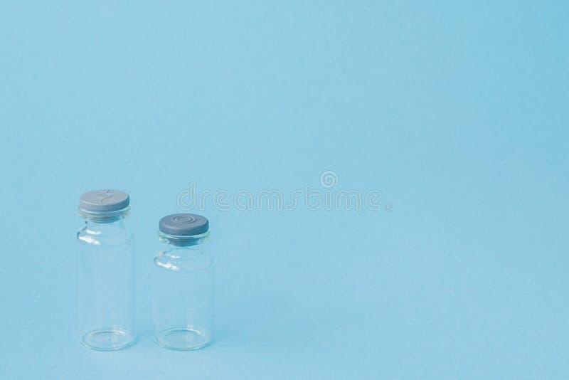 Frasco de medicina en fondo azul con el espacio de la copia Medicaci?n antibi?tico o vacc?nea Innovaciones de la atenci?n sanitar foto de archivo libre de regalías