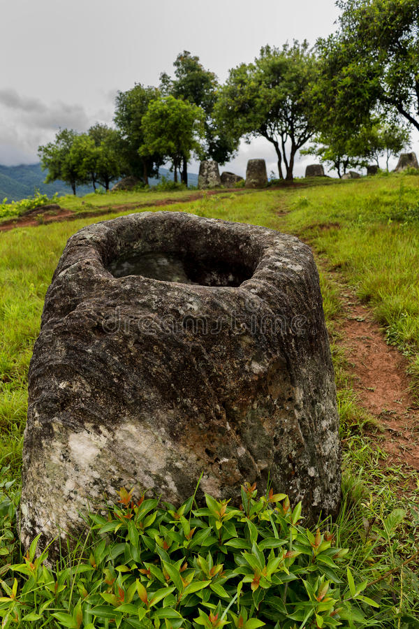 Frasco de pedra em uma planície dos frascos em Laos foto de stock