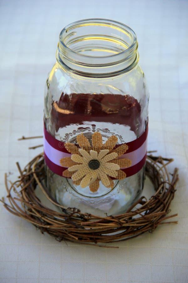 Frasco de pedreiro bonito decorado com flores e a fita rústicas foto de stock royalty free