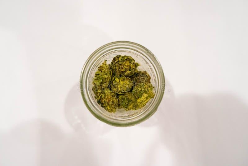 Frasco de pedreiro com nugs da marijuana fotos de stock royalty free