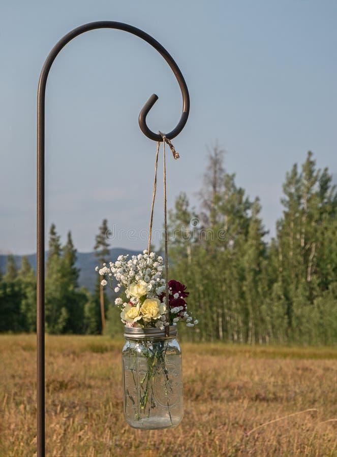 Frasco de pedreiro das flores suspendidas em um prado da montanha imagens de stock royalty free