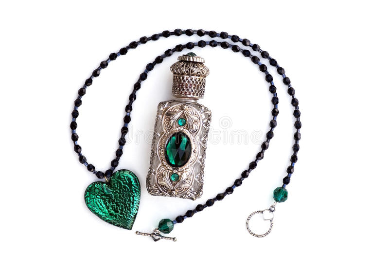 Frasco de perfume & colar de prata & de cristal do coração foto de stock royalty free