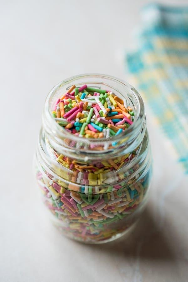 Frasco de Sugar Sprinkles colorido na garrafa de vidro imagens de stock