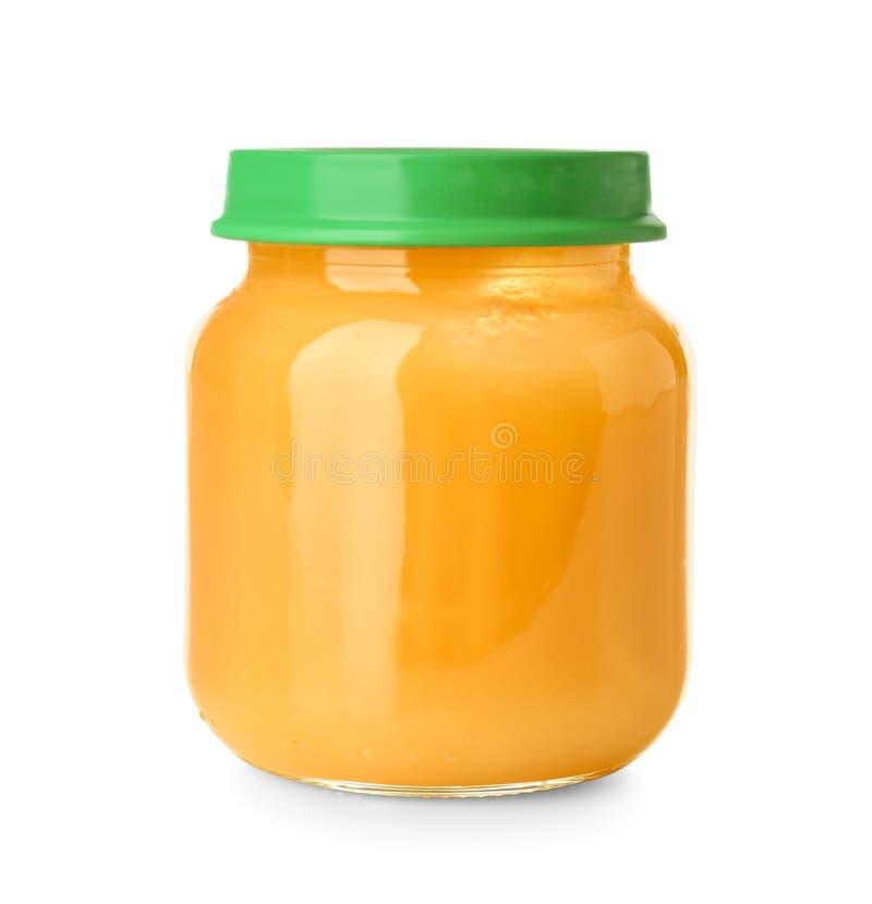 Frasco de vidro com comida para bebê saudável no fundo branco fotografia de stock royalty free