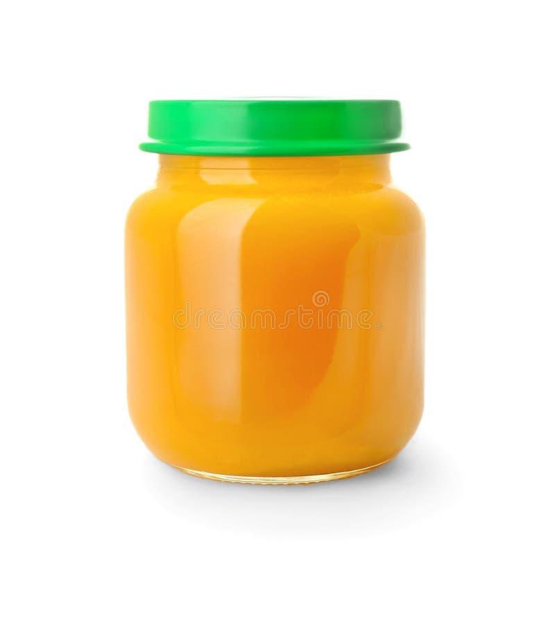 Frasco de vidro com comida para bebê saudável no fundo branco fotos de stock