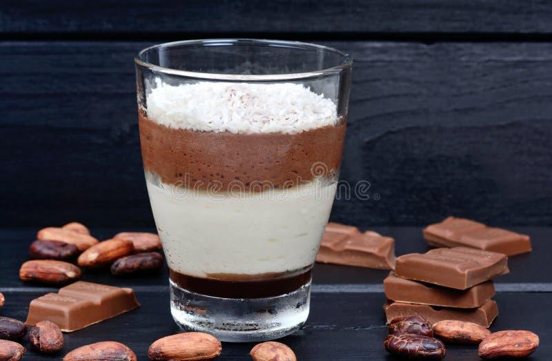Frasco de vidro com musse do chocolate no fundo de madeira foto de stock