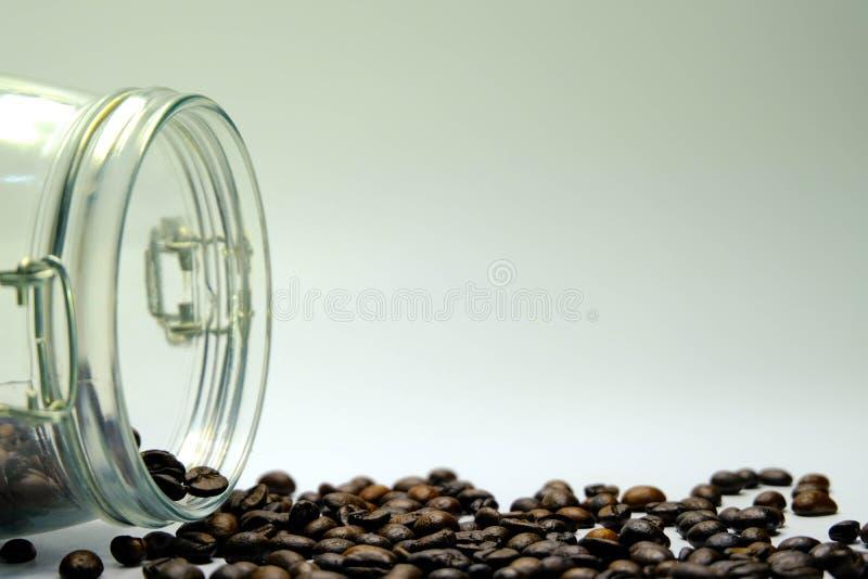 Frasco de vidro com os feijões de café no fundo escuro Feche acima do café fotografia de stock