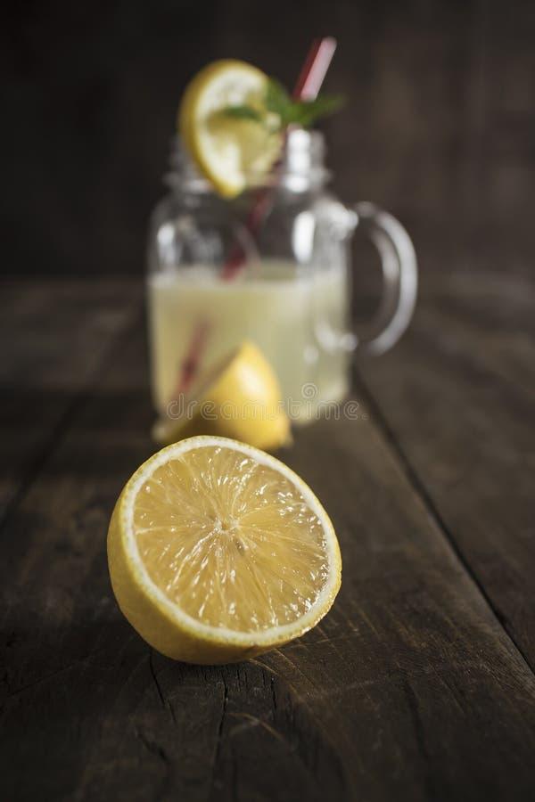 Frasco de vidro da limonada com cunhas e palha de limão fotos de stock royalty free