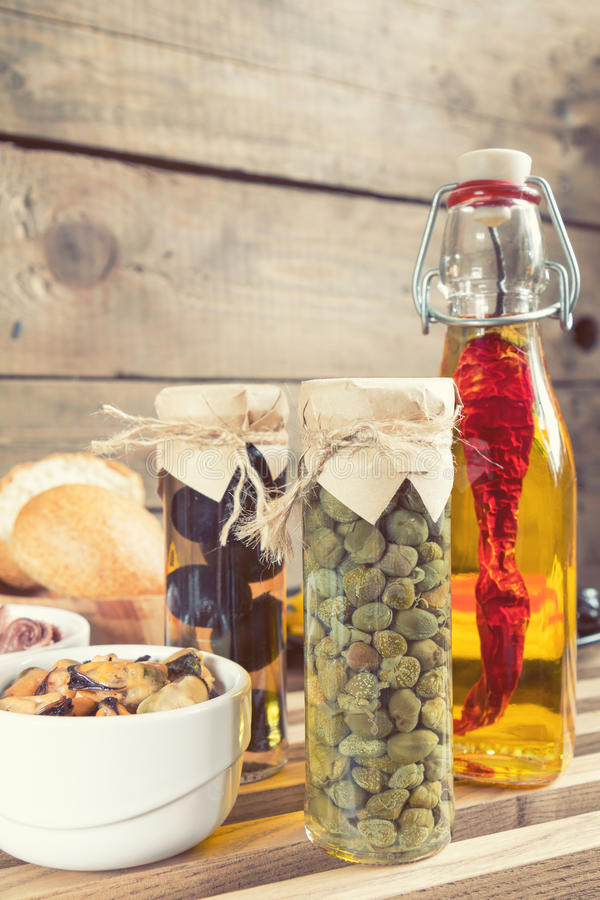 Frasco de vidro das alcaparras Alimento mediterrâneo foto de stock royalty free