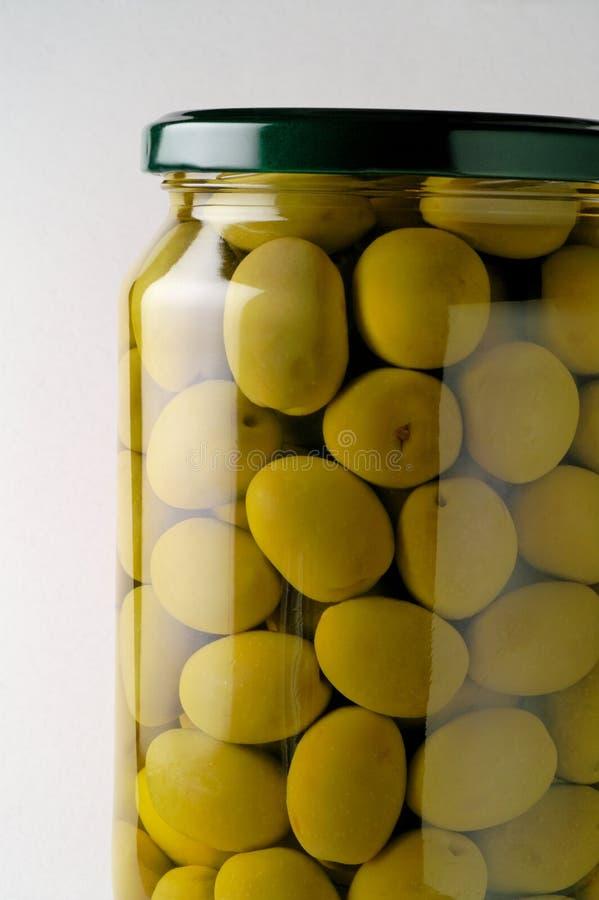Frasco de vidro de azeitonas preservadas fotos de stock