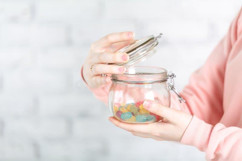 Frasco de vidro do holg fêmea com geleia fotos de stock royalty free