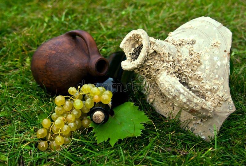 Frasco de vinho, crock e uva foto de stock royalty free