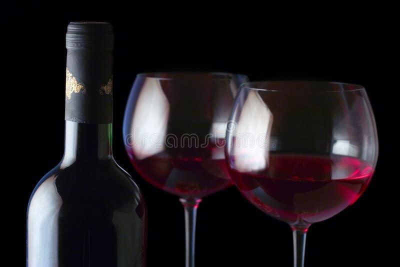 Frasco de vinho e dois vidros imagem de stock
