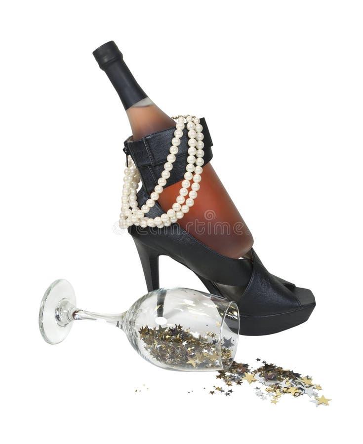 Frasco de vinho em sapatas do salto com pérolas e estrelas foto de stock