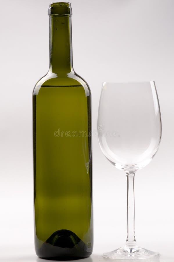Frasco de vinho, wineglass de cristal isolado no branco fotos de stock
