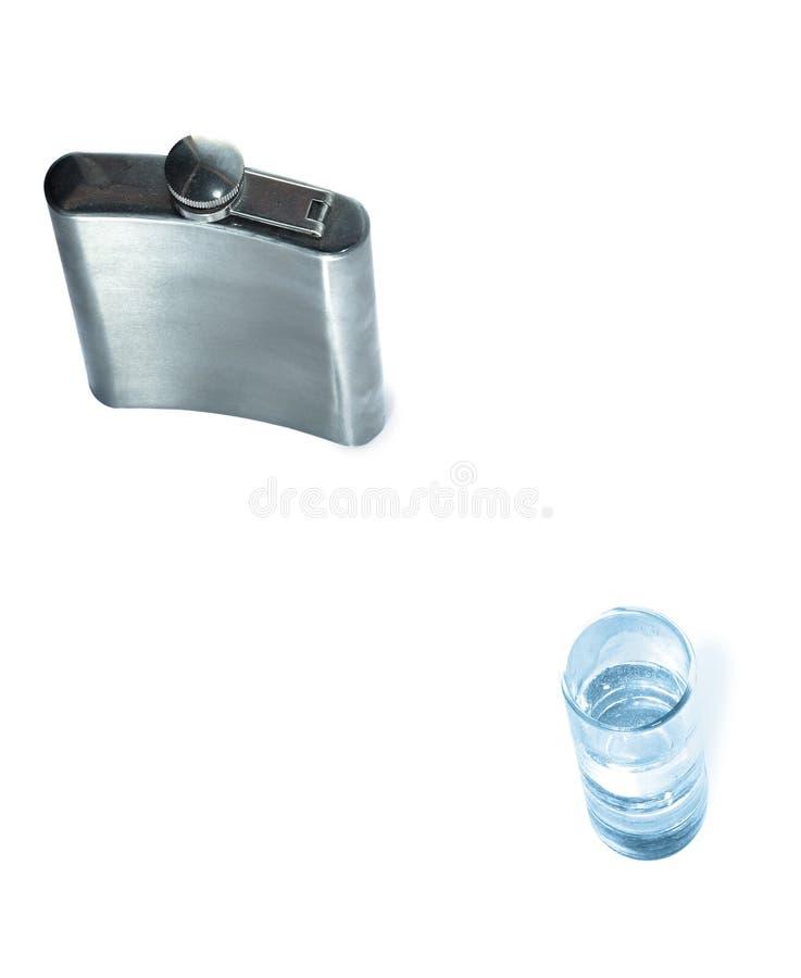 Frasco de vodka y de un vidrio imagen de archivo