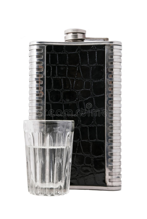Frasco del metal y copa de vodka imágenes de archivo libres de regalías