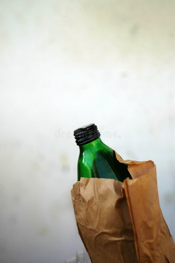 Download Frasco Do álcool No Saco De Papel De Brown Foto de Stock - Imagem de verde, vidro: 16865266