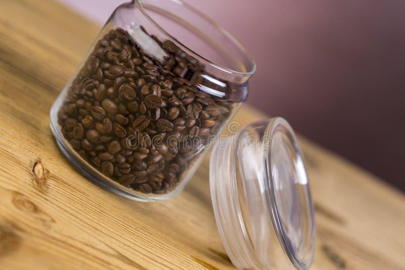 Frasco do café na tabela de madeira imagens de stock royalty free